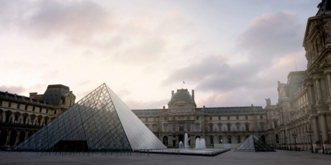 Le mus e du louvre am liore l accueil de ses visiteurs atrium construction - Inauguration pyramide du louvre ...