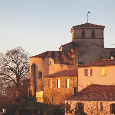 Église Saint-Pierre de Mouchamps et cœur ancien de la commune vendéenne. Photo : J-P Berlose