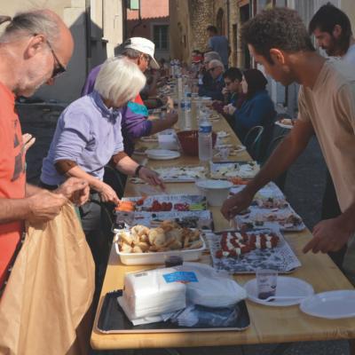 Repas partagé dans les rues du village de Loriol. Photos : B.Leborne